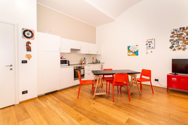 In affitto ampio monolocale con cucina arredata, zona comoda alla stazione di Porta Susa.